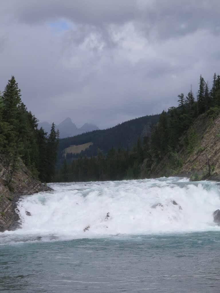 Bow Falls. Foto vom Wasserfall. Turkisblaues Wasser.